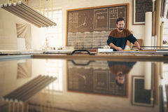 Βιοτέχνης που εργάζεται στο στούντιό του με τη συγκέντρωση και την ικανότητα Στοκ φωτογραφίες με δικαίωμα ελεύθερης χρήσης