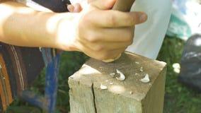 Βιοτέχνης που χαράζει ένα ξύλινο αντικείμενο απόθεμα βίντεο