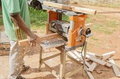 Βιοτέχνης που χρησιμοποιεί μια ηλεκτρική μηχανή πλανίσματος στοκ φωτογραφίες