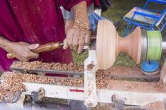 Βιοτέχνης που χρησιμοποιεί τον ξύλινο τόρνο Στοκ Εικόνα