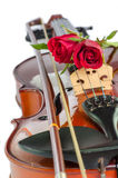 Βιολί και κόκκινα τριαντάφυλλα στοκ εικόνες με δικαίωμα ελεύθερης χρήσης