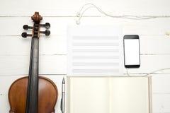 Βιολί με τη σημείωση εγγράφου μουσικής υπολογιστών πληκτρολογίων και το έξυπνο τηλέφωνο Στοκ φωτογραφία με δικαίωμα ελεύθερης χρήσης