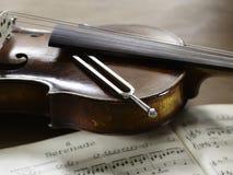 Βιολί, μουσικοί σημειώσεις και συντονισμός - δίκρανο Στοκ Εικόνα
