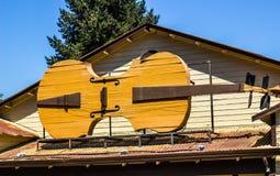 Βιολί πάνω από την οικοδόμηση στοκ φωτογραφίες