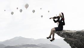 Βιολί παιχνιδιού γυναικών Santa Στοκ φωτογραφία με δικαίωμα ελεύθερης χρήσης