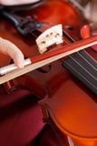 Βιολί παιχνιδιού κοριτσιών - σειρές και τόξο Στοκ Εικόνα