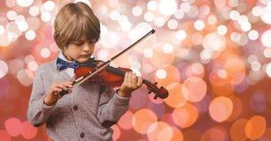 Βιολί παιχνιδιού μικρών παιδιών πέρα από το bokeh στοκ φωτογραφία με δικαίωμα ελεύθερης χρήσης