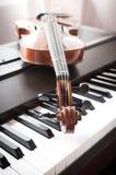 Βιολί στο πιάνο Εξασθενίστε τον τόνο χρώματος στοκ φωτογραφία με δικαίωμα ελεύθερης χρήσης