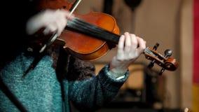 Βιολιστής γυναικών - μουσικός που παίζει το βιολί στη λέσχη νύχτας απόθεμα βίντεο