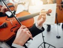 Βιολιστής που αποδίδει με το φύλλο μουσικής Στοκ Εικόνες