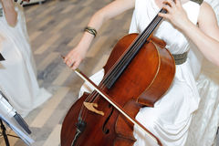 Βιολοντσέλο παιχνιδιού Στοκ φωτογραφία με δικαίωμα ελεύθερης χρήσης