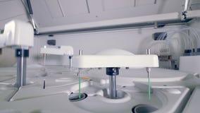 Βιο υλικό δοκιμής εργαστηριακών ρομποτικό μηχανών Σύγχρονη ιατρική εργαστηριακή συσκευή απόθεμα βίντεο