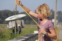 Βιολόγος του Καναδά περιβάλλοντος και εξοπλισμός δοκιμής νερού Στοκ Φωτογραφία