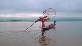 Βιρμανίδα τοποθέτηση ψαράδων στη λίμνη Inle, το Μιανμάρ - 17 Νοεμβρίου 2017 φιλμ μικρού μήκους