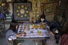 Βιρμανίδα εργασία Artisans για τον καμβά Στοκ εικόνα με δικαίωμα ελεύθερης χρήσης