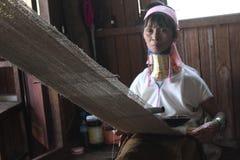 Βιρμανίδα Giraffe εργασία ηλικιωμένων γυναικών στοκ φωτογραφία με δικαίωμα ελεύθερης χρήσης