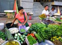 Βιρμανίδες γυναίκες που πωλούν τους νωπούς καρπούς στην αγορά Bogyoke Στοκ εικόνα με δικαίωμα ελεύθερης χρήσης
