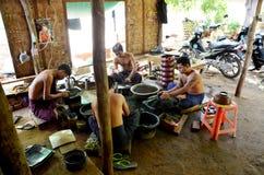 Βιρμανοί λαοί που απασχολούνται σε γίνοντα Lacquerware Στοκ Εικόνα