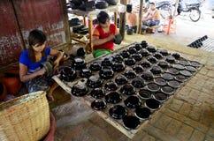 Βιρμανοί λαοί που απασχολούνται σε γίνοντα Lacquerware Στοκ Φωτογραφίες