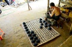 Βιρμανοί λαοί που απασχολούνται σε γίνοντα Lacquerware Στοκ Φωτογραφία
