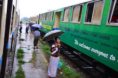 Βιρμανοί λαοί που περιμένουν το τραίνο στο σιδηροδρομικό σταθμό Στοκ Φωτογραφία