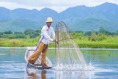 Βιρμανός ψαράς στη λίμνη inle Στοκ Φωτογραφίες