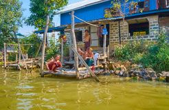 Βιρμανός teens χαμόγελου στη λίμνη Inle, το Μιανμάρ Στοκ Φωτογραφία
