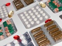 Βιταμίνες ετικεττών, Omega 3, ταμπλέτες φαρμάκων και κάψες σε μια κούπα Στοκ Εικόνα
