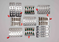 Βιταμίνες ετικεττών, Omega 3, ταμπλέτες φαρμάκων και κάψες σε μια κούπα Στοκ Φωτογραφία