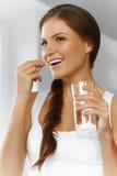 βιταμίνες σιτηρέσιο υγιεινό Υγιής κατανάλωση, τρόπος ζωής Κορίτσι με το βακαλάο στοκ εικόνες