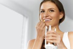 βιταμίνες σιτηρέσιο υγιεινό Υγιής κατανάλωση, τρόπος ζωής Κορίτσι με το βακαλάο στοκ φωτογραφίες με δικαίωμα ελεύθερης χρήσης