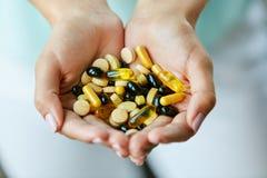 βιταμίνες συμπληρωμάτων Σύνολο χεριών γυναικών των χαπιών φαρμάκων Στοκ Φωτογραφίες
