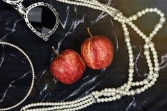 Βιταμίνη φρούτων της Apple ως φυσικά καλλυντικά, εξαρτήματα γυναικών, γυαλιά ηλίου, περιδέραιο μαργαριταριών Στοκ Φωτογραφίες