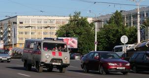 Βιτσέμπσκ, Λευκορωσία Σοβιετική Emergency Ambulance Van UAZ Car που κινείται στην οδό στη θερινή ημέρα Κυκλοφορία στην οδό pan απόθεμα βίντεο