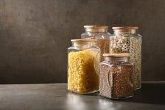 Βιώσιμη έννοια τρόπου ζωής, μηά απόβλητα, δημητριακά και beas στο γυαλί, φιλικά, πλαστικά ελεύθερα στοιχεία eco στοκ εικόνες