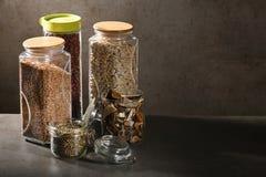 Βιώσιμη έννοια τρόπου ζωής, μηά απόβλητα, δημητριακά και beas στο γυαλί, φιλικά, πλαστικά ελεύθερα στοιχεία eco στοκ εικόνα με δικαίωμα ελεύθερης χρήσης