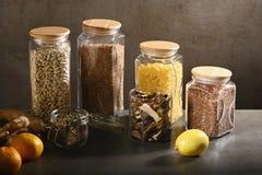 Βιώσιμη έννοια τρόπου ζωής, μηά απόβλητα, δημητριακά και beas στο γυαλί, φιλικά, πλαστικά ελεύθερα στοιχεία eco στοκ εικόνες με δικαίωμα ελεύθερης χρήσης