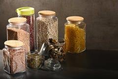 Βιώσιμη έννοια τρόπου ζωής, μηά απόβλητα, δημητριακά και beas στο γυαλί, φιλικά, πλαστικά ελεύθερα στοιχεία eco στοκ φωτογραφίες