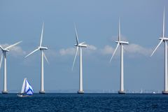 Βιώσιμο παράκτιο Windfarm με Sailboat Στοκ Εικόνα