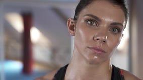Βλέμμα στη κάμερα μετά από ένα βαρύ workout Κινηματογράφηση σε πρώτο πλάνο ενός όμορφου θηλυκού προσώπου αθλητών ` s απόθεμα βίντεο