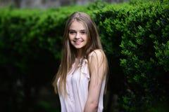 βλέμμα του κοριτσιού κοντά στις πράσινες εγκαταστάσεις Καλοκαίρι ή μόδα και ομορφιά άνοιξης Κορίτσι στα περιστασιακά ενδύματα υπα στοκ φωτογραφία με δικαίωμα ελεύθερης χρήσης