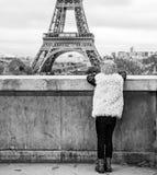 Βλέποντας από πίσω από το σύγχρονο κορίτσι στο Παρίσι, Γαλλία Στοκ Φωτογραφίες