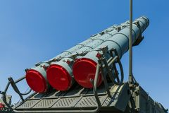Βλήματα του ρωσικού αυτοπροωθούμενου εδάφους-αέρος πυραυλικού συστήματος buk-μ3 ενάντια στο μπλε ουρανό Στοκ εικόνα με δικαίωμα ελεύθερης χρήσης