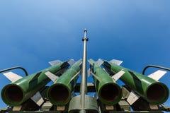 Βλήματα του ρωσικού αυτοπροωθούμενου μεσαίας ακτίνας εδάφους-αέρος πυραυλικού συστήματος buk-τετρ.μέτρο ενάντια στο μπλε ουρανό Στοκ εικόνα με δικαίωμα ελεύθερης χρήσης
