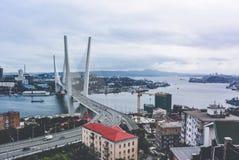 Βλαδιβοστόκ, Ρωσία - 15 Αυγούστου 2015: Καλώδιο-μένοντη γέφυρα στο Βλαδιβοστόκ στο χρυσό κόλπο κέρατων στοκ φωτογραφία