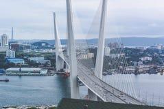 Βλαδιβοστόκ, Ρωσία - 15 Αυγούστου 2015: Καλώδιο-μένοντη γέφυρα στο Βλαδιβοστόκ στο χρυσό κόλπο κέρατων στοκ φωτογραφίες