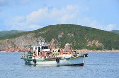 Βλαδιβοστόκ, Ρωσία, 02 Σεπτεμβρίου, 2017 Οι άνθρωποι ήρθαν με τη βάρκα σε διακοπές στο νησί Klykov το Σεπτέμβριο Στοκ Εικόνες