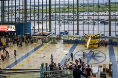 Βλαδιβοστόκ, Ρωσία, Agu 17 2017-επιβάτες στο τερματικό του αερολιμένα στοκ εικόνες