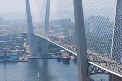 ΒΛΑΔΙΒΟΣΤΌΚ, ΡΩΣΙΑ - 7 ΙΟΥΛΊΟΥ: Στιγμιαίος-όχλος Ι αγάπη Βλαδιβοστόκ στη χρυσή γέφυρα. Στοκ φωτογραφία με δικαίωμα ελεύθερης χρήσης