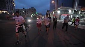 Βλαδιβοστόκ, Primorsky Krai - τρέξιμο πόλεων πρωινού των αθλητών του Βλαδιβοστόκ στις κεντρικές οδούς της πόλης απόθεμα βίντεο